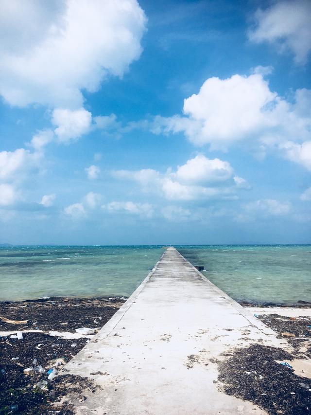 画像: 伊古桟橋 ずっーと、青い海の中を歩いているように感じました。 この日は、風が強く、運転の自信ないあたしは、置いて、桟橋の先まで歩きました。300メートル。長い! でもその分、ずっと楽しめちゃう。 バイクで先まで行ってみたかったなぁ(  ゚Д゚)