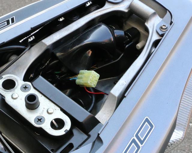 画像: 取り付けは、まずNinja ZX-10R の場合タンデムシートを開けコネクターカバー内の6P防水カプラーのキャップを外す。