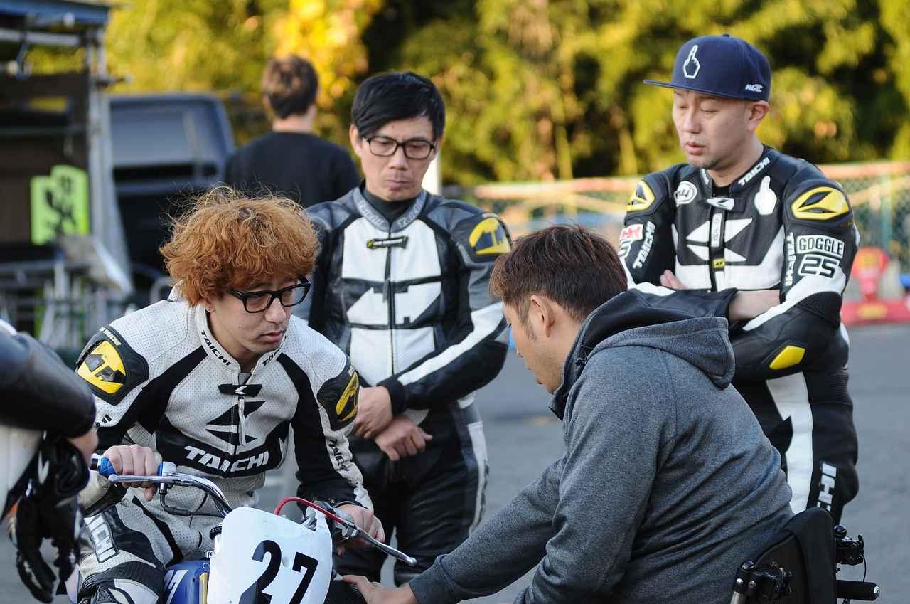 画像: 青木拓磨さんに指導してもらうボンちゃん 後ろの竹若さんもRSタイチのレーシングスーツ、レンタルです^^