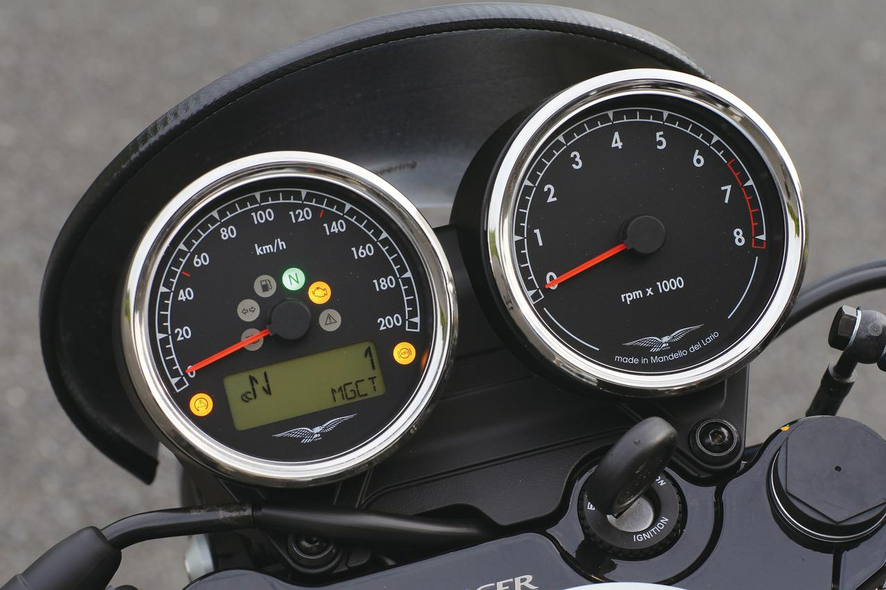 画像: クラシックモデルらしい、2眼のアナログメーターを採用するが、最新のバイクらしく、トラクションコントロールも備える。