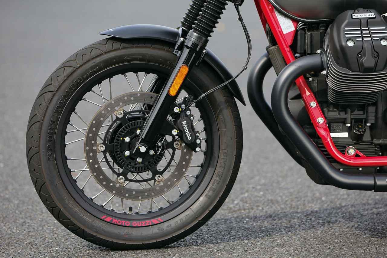 画像: ブレーキは320㎜のシングルローター。スポークホイールのリムには、他のスポーツモデルと同様に、ブラックリムにモト・グッツィの赤いステッカーが貼られる。