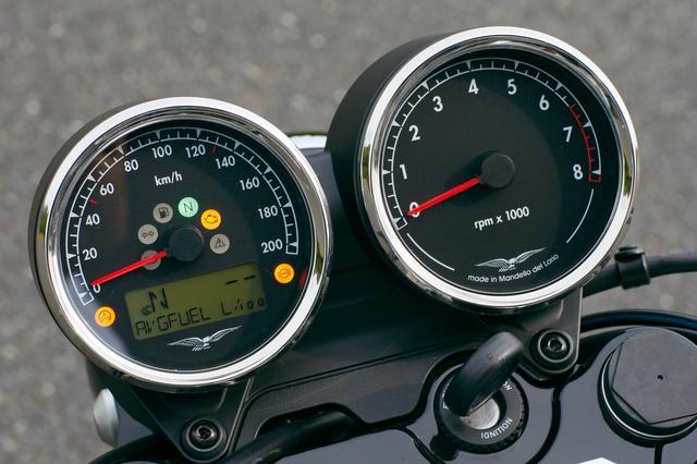画像: メーターパネルはクラシカルなスタイルによく似合うアナログ表示の2連メーター。左側のスピードメーターの盤面には、距離計などを表示する液晶もビルトイン。