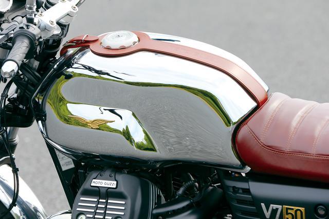画像: クロームメッキ仕上げの燃料タンクは、アルミ削り出しのロック式燃料キャップでクラシックさを強調。シートと同色のレザー製タンクベルトにはモトグッツィの刻印が入る。