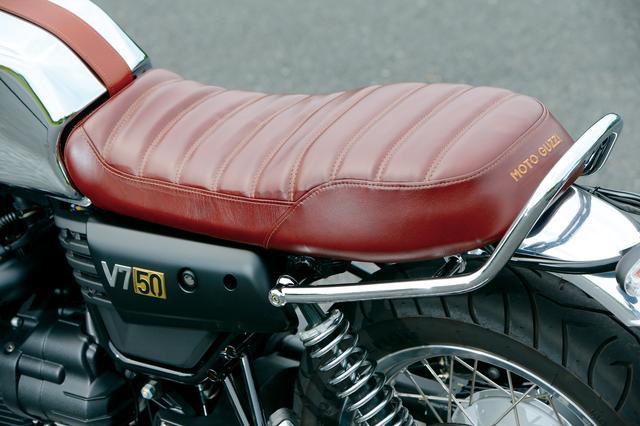 画像: クラシカルなハンドメイド風デザインのレザーシートは、表皮にブラウンのものをチョイス。クロームメッキ仕上げされたスチール製リアグラブバーハンドルもアニヴェルサリオだけの装備。
