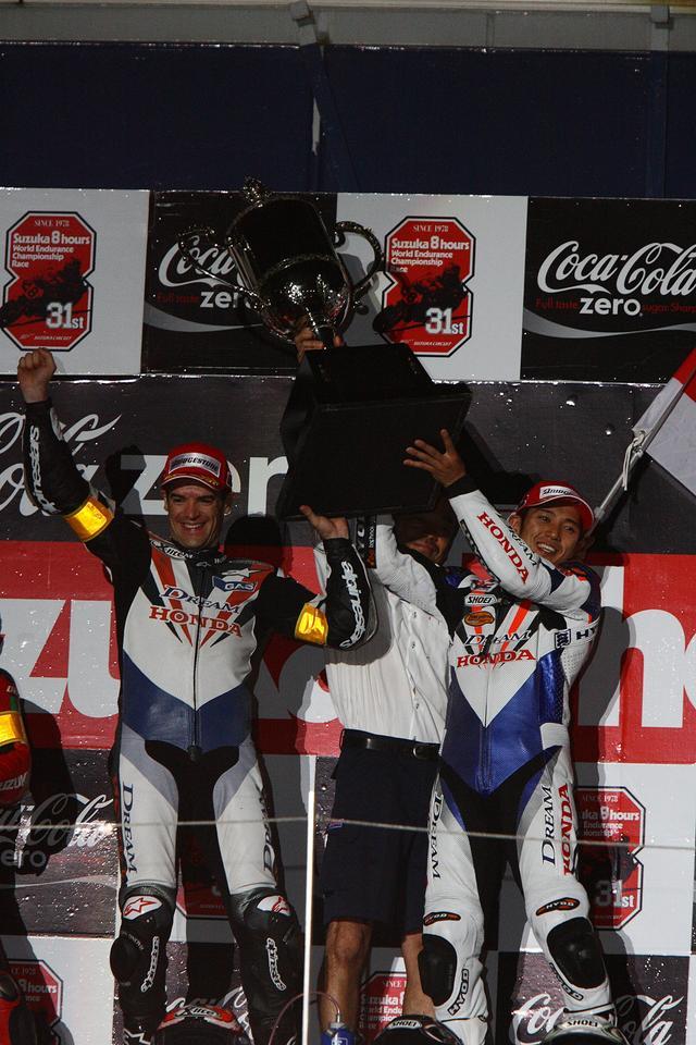 画像: この年の8耐を制した「DREAM Honda Racing Team 11」。写真は表彰台でファンの声援に応える清成選手(右)とC・チェカ選手(左)。ホンダワークスの鈴鹿8耐参戦は、この2008年までとなった。
