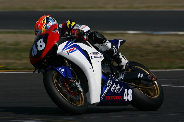 画像: 2008年シーズンの全日本ロードレース、JSB1000クラス。写真はホンダのワークスチーム「DREAM Honda Racing Team」の手島雄介 選手。この年は、徳留和樹 選手と共にワークスライダーとして活躍。