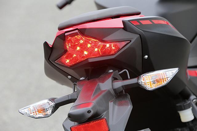 画像: LEDテールデザインは、複雑な面で構成されるZX-10Rのデザインエッセンスを取り入れている。テールランプはLEDランプのマルチレイアウトタイプ。