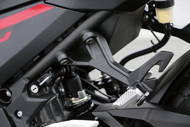 画像: 左ステップ部にはキーロック式のヘルメットホルダーを装備。タンデムシート下にも、フック式のホルダーを装備する。