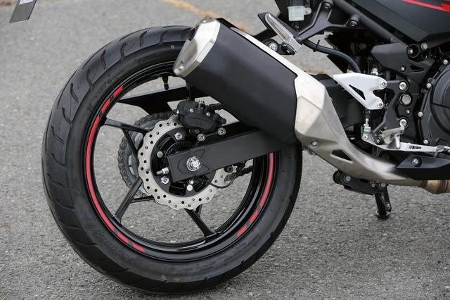 画像: リアのブレーキローターには220㎜径のペータルディスクを採用。放熱性に優れ、高い制動力に貢献する。タイヤはダンロップ製のGT601を履く。