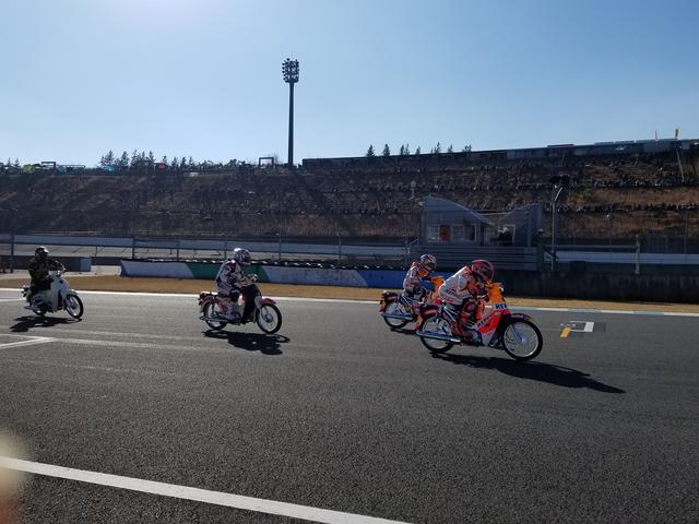 画像: カブレース!!! スタートが凄く静かだったのに、レースは大盛り上がり\(^o^)/ マルケスが後輪バリア当てしたり(笑) さすが、MotoGPライダー!マルケスとダニはカブでも速いw 動画がYouTubeにアップしてあるみたいなので検索してみてください。