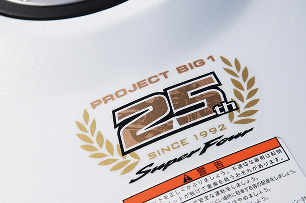 画像: 1992年のCB1000SF誕生から今年で25年目を迎えたことを記念し、燃料タンク上面には記念専用マークが貼られている。