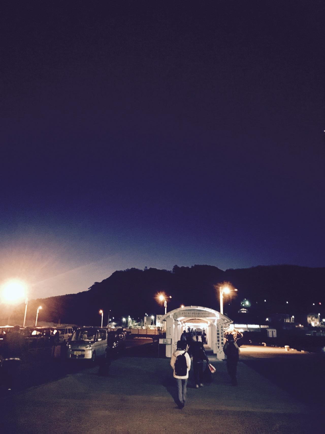 画像: 朝の6時に到着。かなり早い時間だから宿にもまだ入れないし、バイクも借りられない。と言うことで、色々調べたベストは、夜行のフェリー便が出ている日の6時半から開いているという 愛ランドセンター御神火温泉さんへバスで移動。1時間に一本しか出てないから急いで乗ってね。