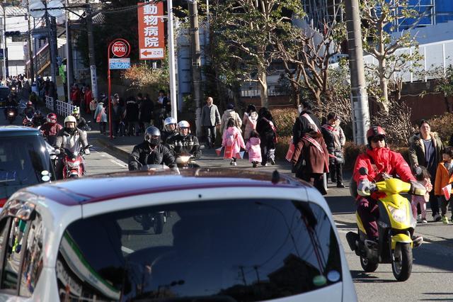 画像: そして、駅伝の隊列が終わると、交通規制を受けながら走るバイクの集団が。こちらも毎年恒例の風景です。