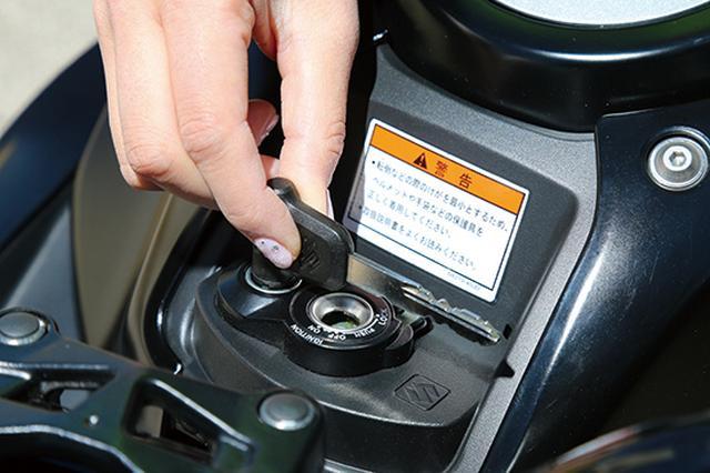画像: キーホールへのいたずらや盗難を抑止する、シャッター付キーシリンダーを装備。ワンプッシュで簡単に開閉することが可能だ。