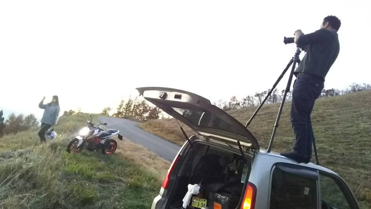 画像: ここでもカメラマン関野さん! 三脚を車の上に立てる(笑)