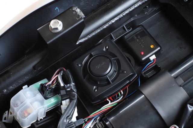 画像: オプションの9vバッテリーセットを使えば車体側バッテリーとの配線は不要で、約180〜250時間の連続使用が可能。6vバッテリー車やバッテリーレス車でも使える。