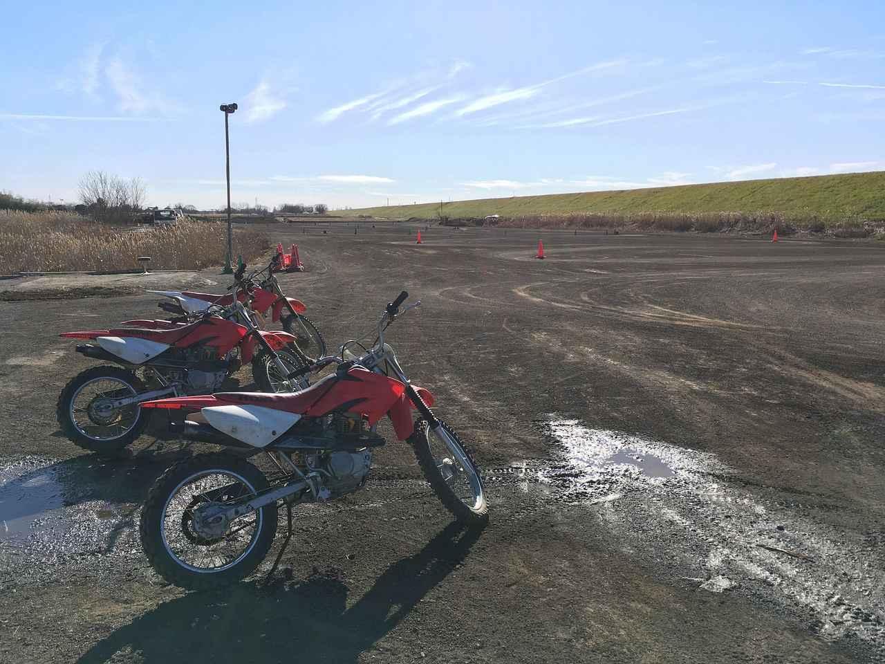 画像: TTコースはこんな、ひろーい泥の広場って感じ うちの息子(9歳)は「泥のサーキット」と呼んでますw