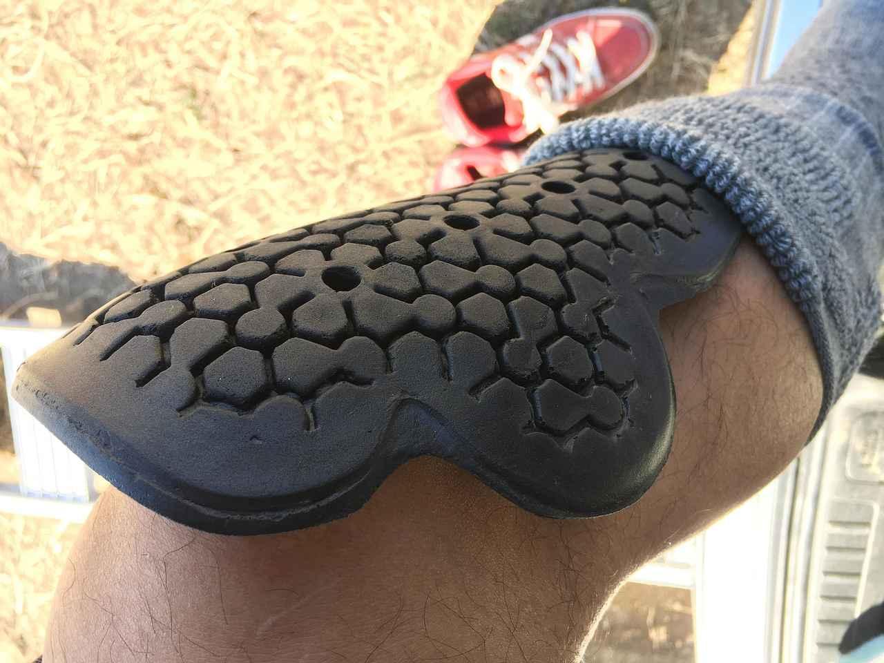 画像: ヒザはソフトパッドが動きやすくて好きなんです 時々は痛い思いしますw