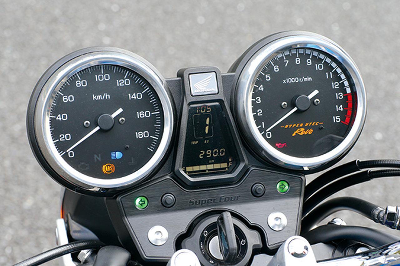画像: アナログ2連メーターの盤面は自発光タイプ。中央にはギアポジション表示や燃費計、距離計や外気温など各種情報も表示する。