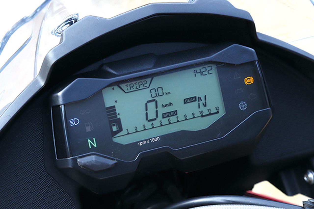 画像: 速度、エンジン回転数、ギヤ段数、時計、燃料計を常時表示する機能的なデジタルメーターは、オド、トリップA/B、瞬間平均燃費も切り替え表示可能。