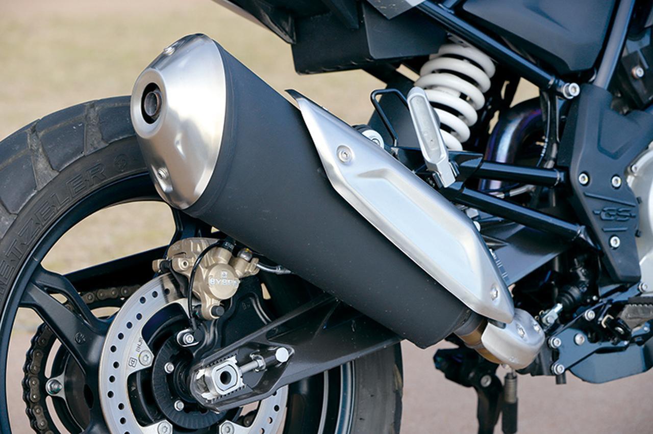画像: 楕円の大型サイレンサーや、BYBRE製シングルピストンキャリパーとφ240㎜ディスクを組み合わたリアブレーキもG310Rと同形状。