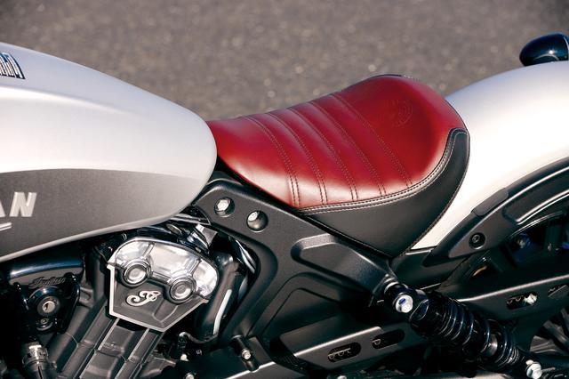 画像: ボバー専用のサドルタイプのシングルシートはタックロール入りの2トーン表皮を採用。タンデムシートはオプションとなる。