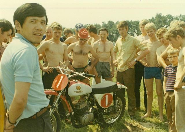 画像: MFJ最優秀選手として1970年にヨーロッパに遠征。オランダの国際レースに出走し、日本人で初の優勝を遂げる。ベルギーのテストで手首を負傷、さらにブリストルで転倒し、首を圧迫骨折する。救急車で搬送されるも不安で日本に帰国。自分でクルマを運転して病院に行き、大騒ぎになる。