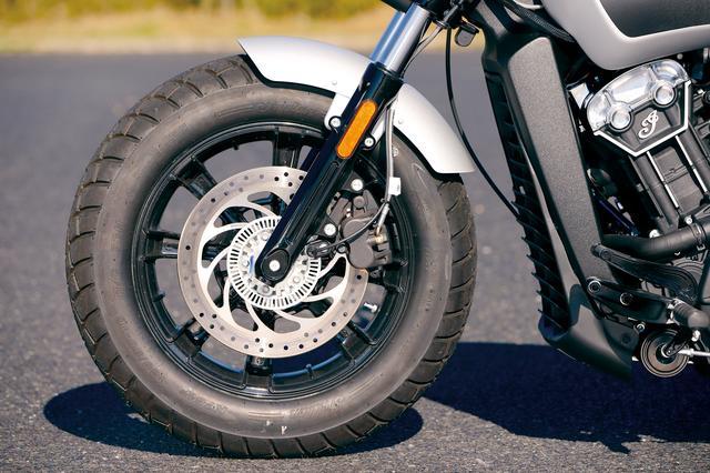 画像: ホイールはブラックアウト。タイヤはインディアンのロゴの入った専用タイプ。ブレーキは298㎜ローターを採用している。