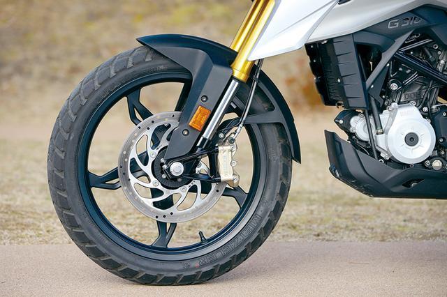 画像: フロント19インチのアルミキャストホイールを履く足まわりは、BYBRE製ラジアルマウント4ピストンキャリパーとφ300㎜ディスクのブレーキをφ41㎜倒立フォークにセット。