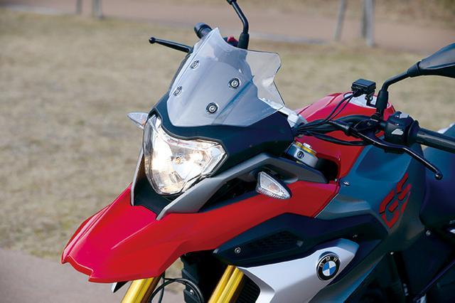 画像: GSシリーズのアイコンであるフロントスポイラーを継承し、兄貴分たちと共通のフロントマスクを手に入れた。ヘッドライトはシンプルな一灯式ハロゲンバルブを採用している。