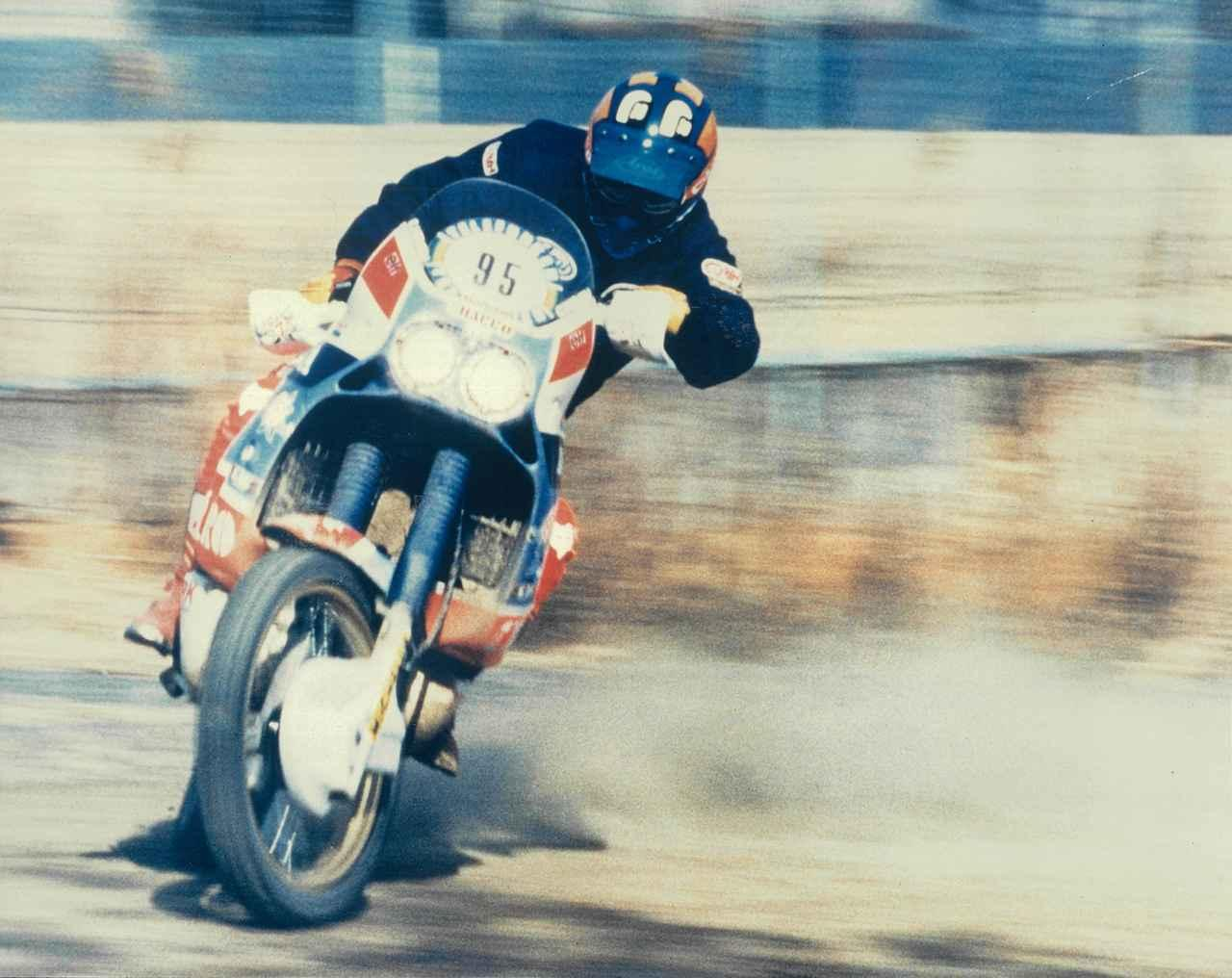 画像: 鈴鹿モトクロス場の外周路で行なわれた1986〜89年のパリ・ダカール4連覇マシン、ホンダNXRの試乗会。乗ったら何でもアクセル全開!の忠さんは、装備重量で220㎏近いこのモンスターでもフルカウンター。ラリーレイドマシンでこんな走りをする人は滅多にいない。初代アフリカツインは、このワークスマシンのレプリカだ。