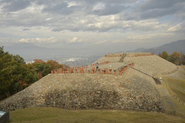画像: ここが前方後円墳の頂上です! ここでもオレンジ?発見w よく見て~埴輪が(´∀`)