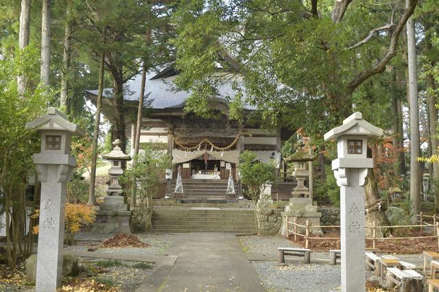 画像: 静かで、建物の周りはまだ紅葉してなかった…。 でも神社全体は紅葉が始まっていて、入口近くの池はすごく綺麗に紅葉してました!