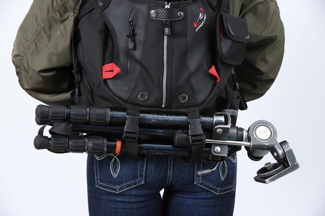 画像: 底面ストラップはシュラフやマットなどの長物固定に便利。バッグにクッションを入れてカメラバッグ代わりにし、底面に三脚を固定して林道の撮影に行くカメラマンもいるほど。