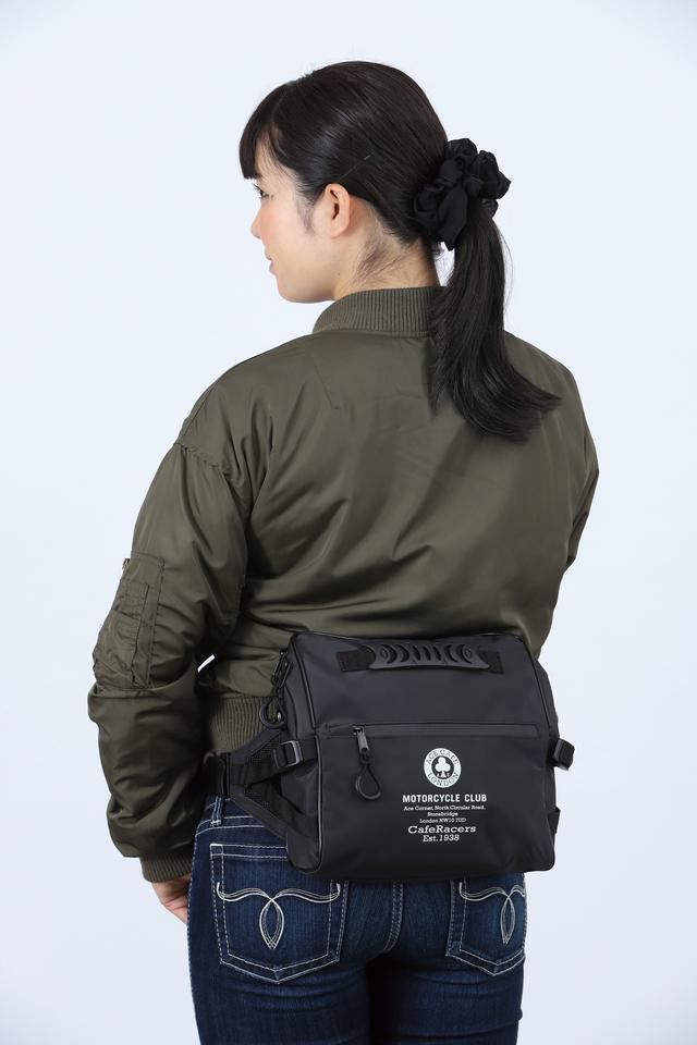 画像: スッキリとしたフォルムのヒップバッグだが、ストラップを伸ばせばショルダーバッグとしても使用可能。ターポリン素材と止水ファスナーの採用で防水性も充分に高い。