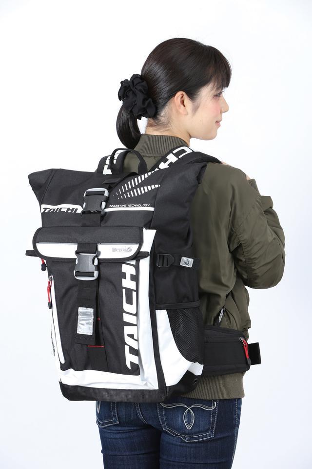画像: 表地は摩擦に強いナイロンとポリエステルだが、内側にターポリン素材を袋状に入れることで高い防水性を発揮。レインウエア用ポケットやサイドのポケットも装備している。