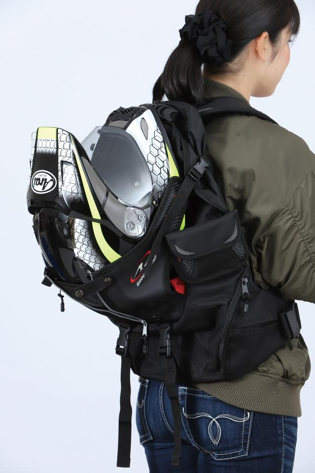 画像: バッグ内側に軟質のフレームを持ち、荷物の量に関わらず型崩れしないことが特徴。メーカーは推奨していないが、写真のようにヘルメットを運ぶこともできる収納性が魅力。