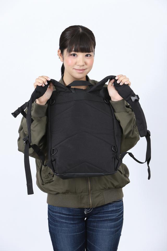画像: 肉厚のショルダーストラップと背面クッションを採用しているため、荷物が重くなっても肩や背中に掛かる負担を和らげてくれる。22Lの大容量タイプ(7020円)もある。