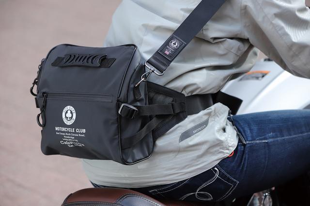 画像: ヒップバッグとして使用するときもショルダーストラップを肩に回しておくと走行中の安定性が格段に増す。腰に当たる部分は通気性の高いメッシュ素材を採用している。