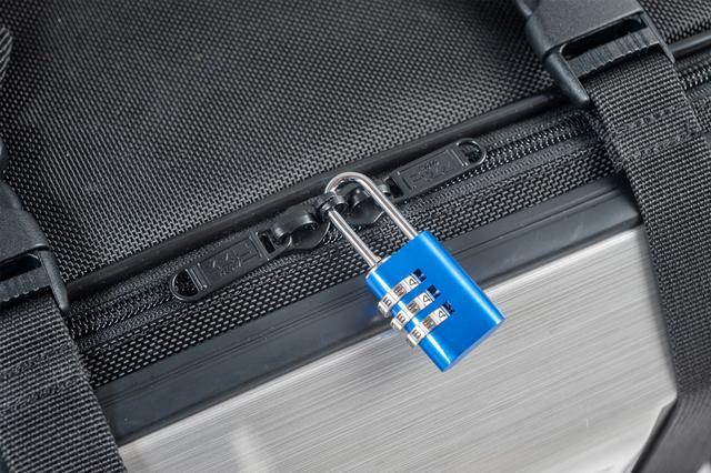 画像: 市販の鍵で、バッグを勝手に開けられないようにできる、ロック対応『キッスファスナー』を採用