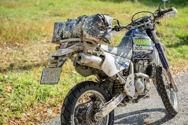 画像: 泥だらけになってもバイクごと水をかけて洗えるのは便利