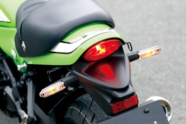 画像: Z1のデザイン上の特徴であったシートカウルとランプを、現代的に軽快な雰囲気でリファインしたテール周り。LEDウインカーまで含めZ900RSと共通。