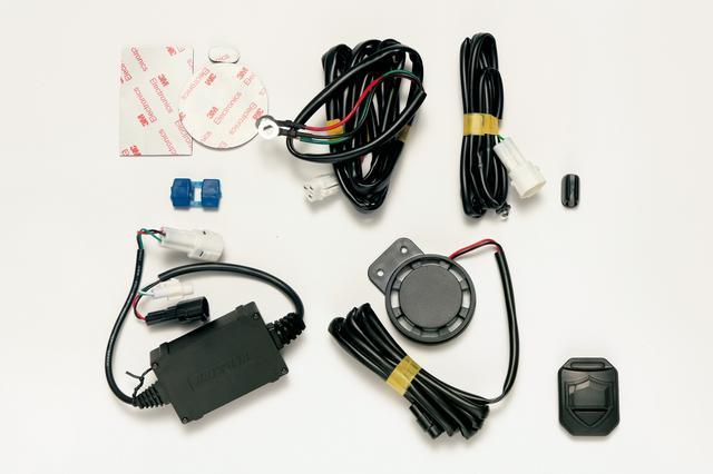 画像: セット内容はセンサーと受信機を内蔵した本体、110dBのアラーム、電源ハーネス、LED警告灯ハーネス、リモコン、固定用両面テープなど。ラジオペンチ1本で取り付けられる。