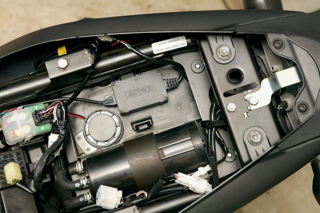画像: 本体サイズは幅69㎜×高さ120㎜×厚さ46㎜で、アラーム部はφ55㎜。IPX5相当の耐水性を持っているが、直接雨の当たらない部分に装着したほうが無難。
