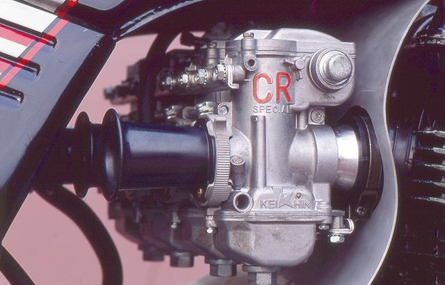 画像: キャブはケーヒンのCR33φ。迫力はあるが、大径過ぎてセッティングに苦労もした。