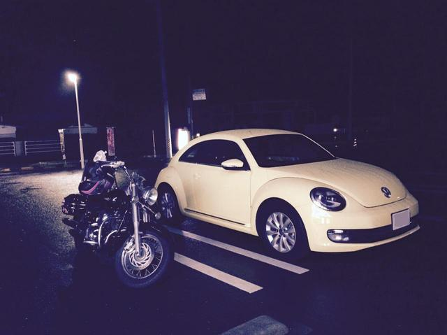 画像: 私の相棒クイーンちゃんと、親友の愛車(ワーゲンの)ハル君。8月にホッカイロを求めてコンビにを彷徨うとは想いもしない程寒かった。