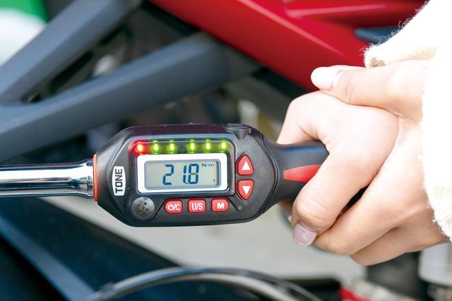 画像: モニターには締め付けトルクがリアルタイム表示される。設定値以上になると赤のLEDも点灯。ブザーも連続音となってオーバートルクを防止する。トルクの単位は「Nm」のほか、「kgfーm」などにも切り替え可能。