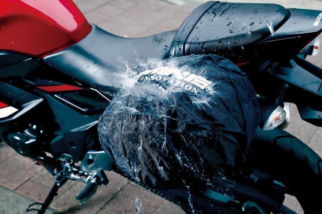 画像: PVC加工によって生活防水仕様になっていることも魅力。ペットボトルの水をビシャビシャと当てたぐらいでは浸水しなかった。