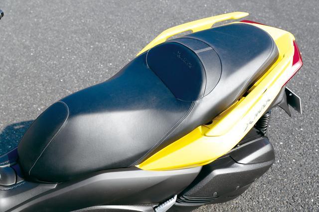 画像: ライダーの体型にフィットするデザインと、ゆったりとしたサイズを確保することで高い快適性を備えるシート。タンデムの快適さも良好。