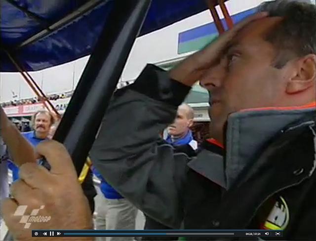 画像: オリビエ、ワールドチャンピオン! そのとき、歓喜にわくTECH3のピットで、エルベさんこの表情!